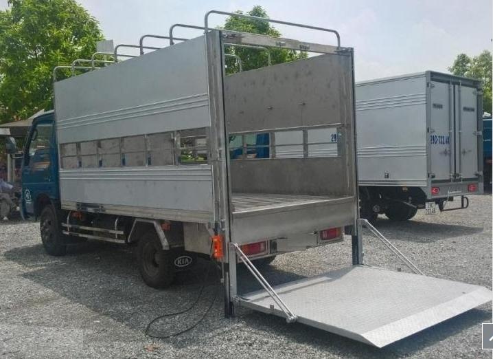 xe tải chở lợn có bửng nâng hạ